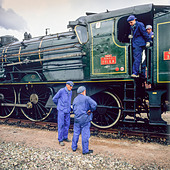 "Engineers with historic steam locomotive ""Pacific PLM 231 K 8"" of ""Paimpol-Pontrieux"" train Brittany France -Stock Image- D5RANN"