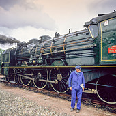 "Engineer with historic steam locomotive ""Pacific PLM 231 K 8"" of ""Paimpol-Pontrieux"" train Brittany France -Stock Image- D5RAMY"