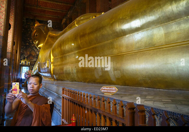 monk-making-selfie-at-reclining-buddha-a