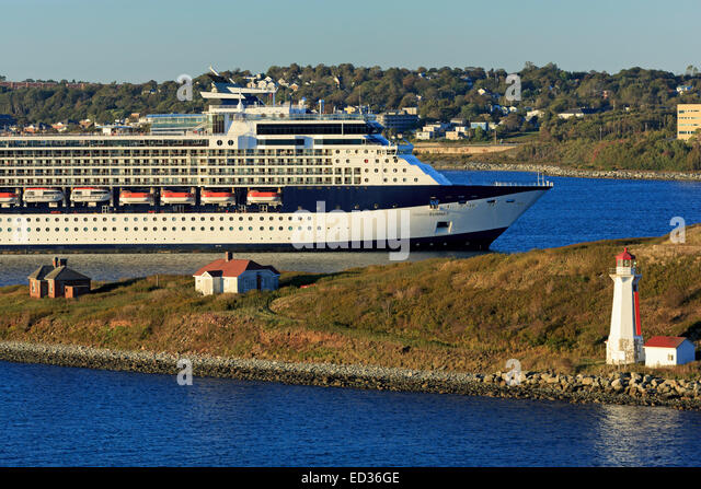 cruise-ship-passing-georges-island-light