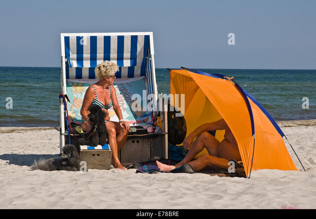 elderly-couple-enjoying-sunshine-on-the-