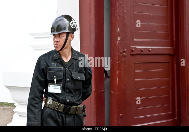 royal-thai-army-soldier-at-tourist-attra