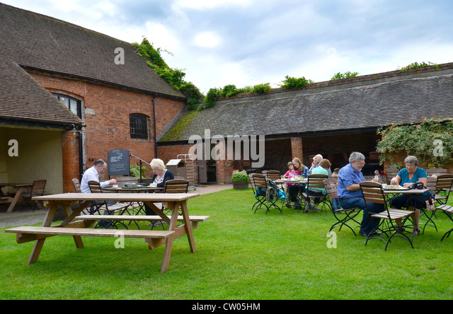 picnic-tables-in-barn-courtyard-cw05hm.j