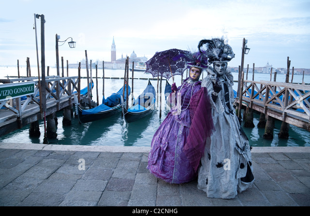 characters-in-costume-posing-at-the-veni