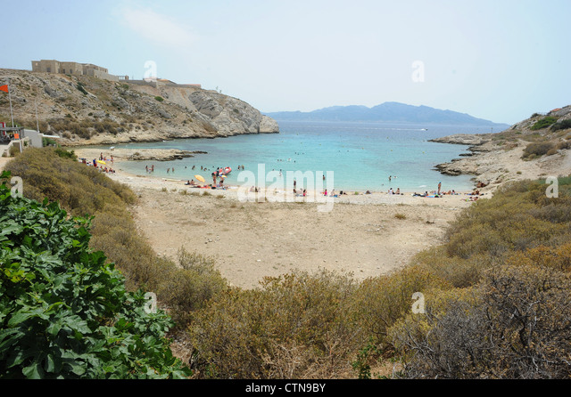 summer-scene-on-a-beach-in-the-frioul-is