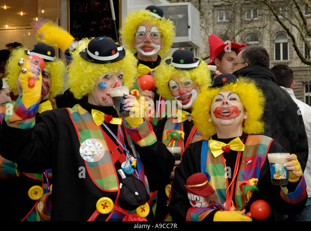 group-of-5-clowns-with-yellow-wigs-drink