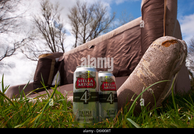 dumped-sofa-with-beer-cans-d6kkwt.jpg