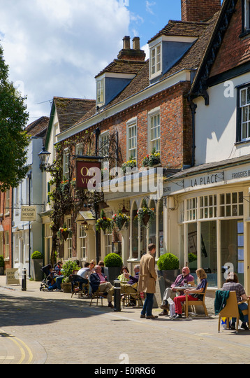 old-pub-and-pavement-cafes-in-winchester
