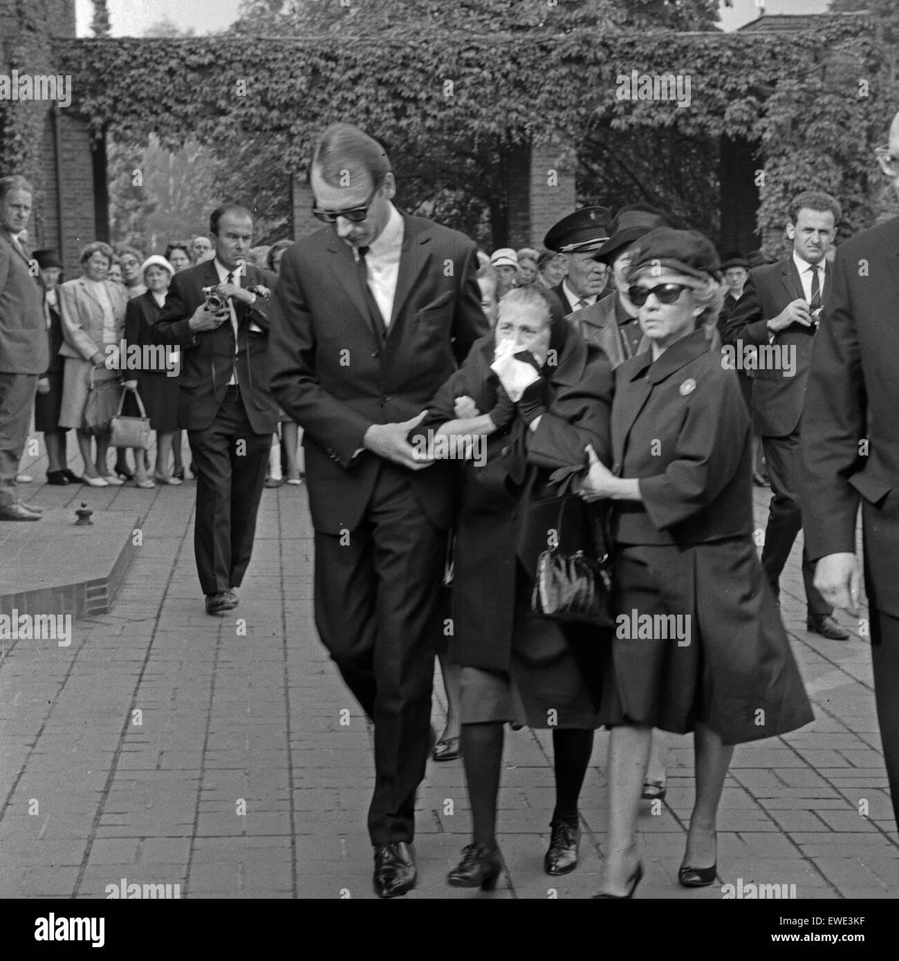 Inge Meysel (mit Sonnebrille) bei der Beerdigung ihres