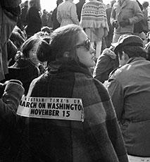 Palavras sobre a parte de trás de um participante numa anti Guerra do Vietname rally Vietname tempo é até Março de Washington de Novembro 15 Imagens de Stock