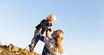 A Suécia, Gotland, Faro, Mãe brincar com pouco filho (2-3) Imagens de Stock