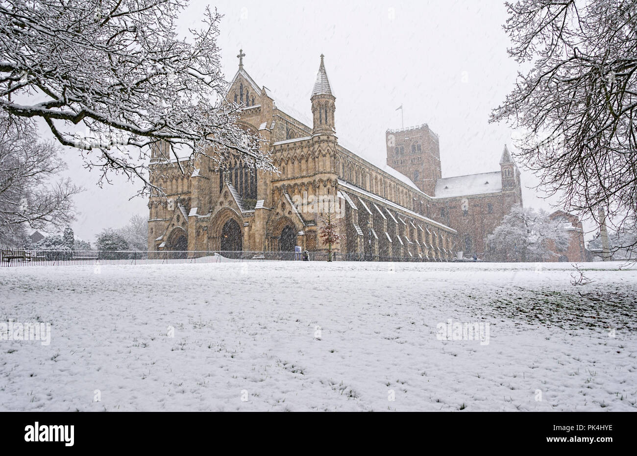 st-albans-cathedral-snow-scene-uk-PK4HYE